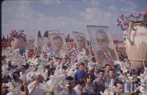 Portretul-lui-Ceauşescu-mai-la-coadă-la-defilarea-din-Bucureşti-de-23-august-1964